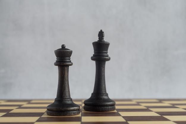 Ein schwarzer könig und eine schwarze dame zusammen auf dem schachbrett