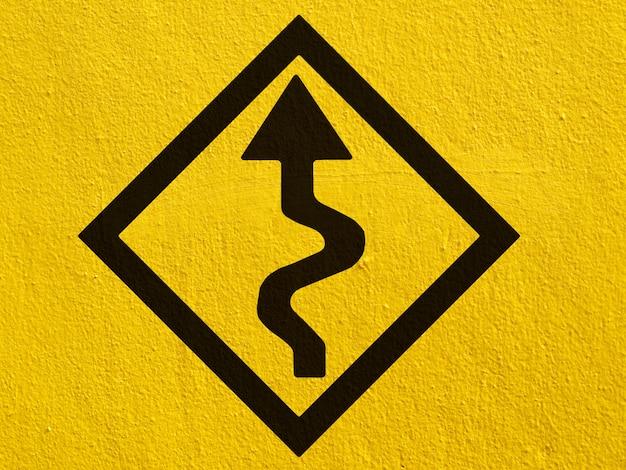 Ein schwarzer pfeil zeigt außen auf eine stuckwand