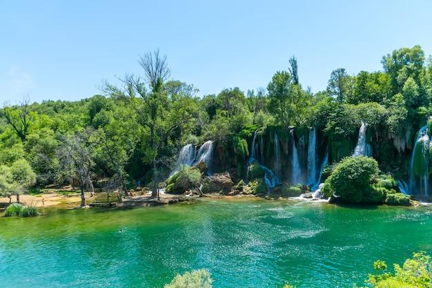 Ein sehr malerischer wasserfall befindet sich im kravice-nationalpark in bosnien und herzegowina.