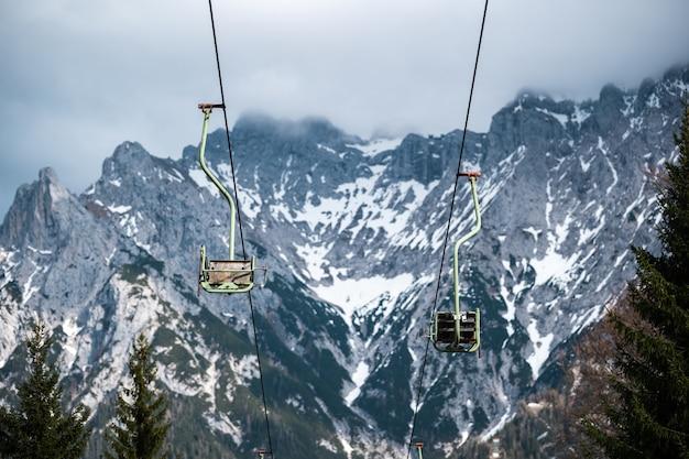 Ein sessellift bei mittenwald in den bayerischen alpen.