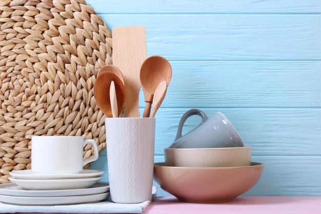 Ein set geschirr und küchenutensilien auf farbigem hintergrund