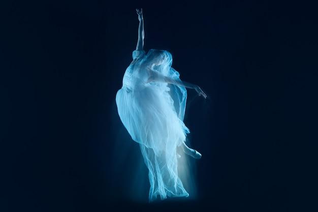 Ein sinnlicher und emotionaler tanz aus wunderschöner ballerina durch den schleier