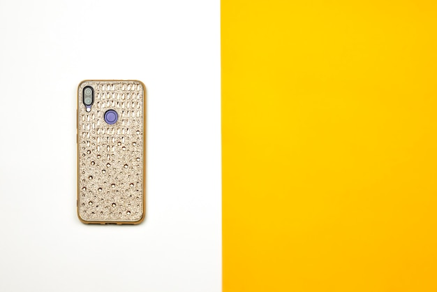 Ein smartphone in hülle mit goldenen steinen verziert