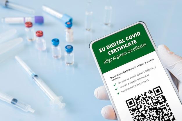 Ein smartphone mit einem qr-code in der app zur bestätigung der impfung oder eines negativen tests auf covid-19
