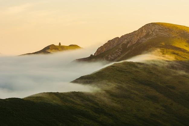 Ein sonniger morgen hoch in den bergen.