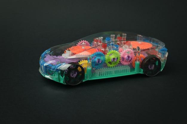 Ein spielzeugauto mit futuristischem design auf schwarzem hintergrund. ein transportmittel.