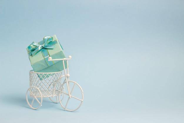 Ein spielzeugfahrrad trägt ein geschenk.