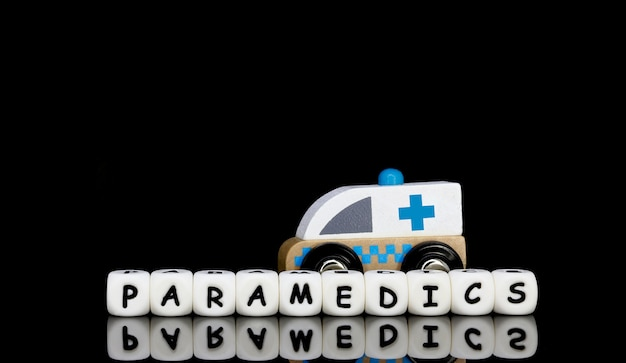 Ein spielzeugkrankenwagen und ein wort sanitäter