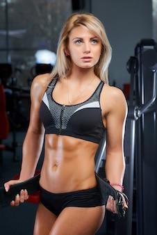 Ein sportliches mädchen in sportbekleidung nach dem training
