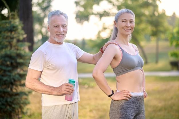 Ein sportliches paar macht morgengymnastik im park