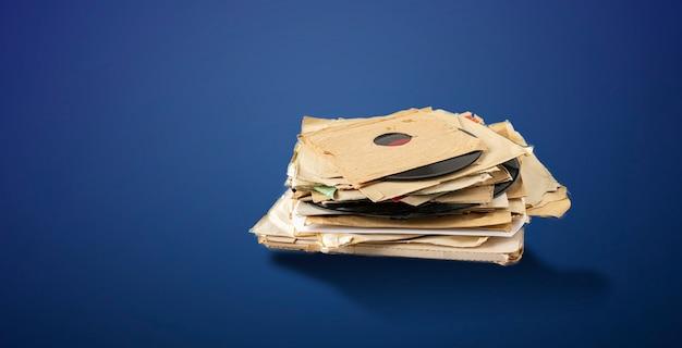 Ein stapel alter schallplatten, abstrakte retro-musiksammlung aus den 80ern, disco-jazz-blues-sounds