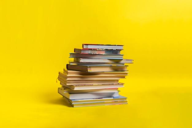 Ein stapel bücher isoliert mit kopierraum design, wissen weisheit lernen in der schule