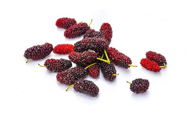 Ein stapel der maulbeerfrucht mit grünen blättern ist eine organische lokalisierte frucht
