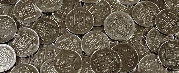 Ein stapel der ukrainischen münzen