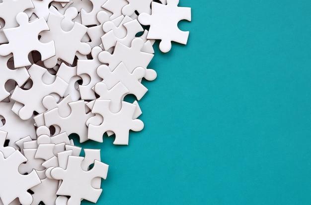 Ein stapel der ungekämmten elemente eines weißen puzzlen
