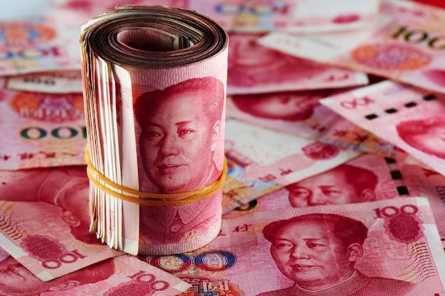 Ein stapel des chinesischen yuangeldes der rmb-banknoten