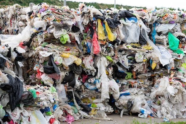 Ein stapel des gepressten polyethylens an einer speicherbereinigungsanlage. sortieren und verarbeiten von polyethylen. das konzept des umweltschutzes