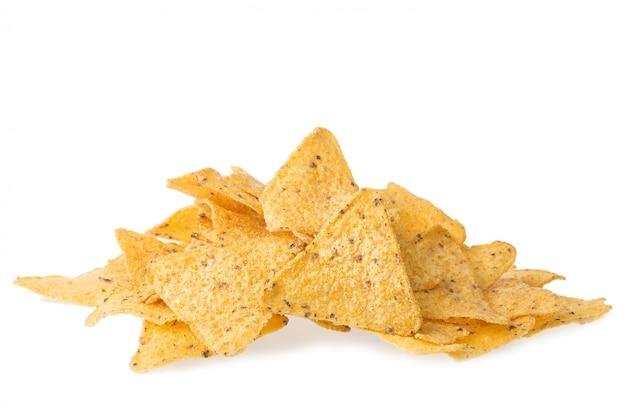 Ein stapel des käses bedeckte die tortillachips, die auf weißer nachos-mexikanerküche lokalisiert wurden.