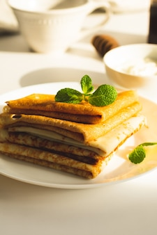 Ein stapel frisch gebackener pfannkuchen zum frühstück