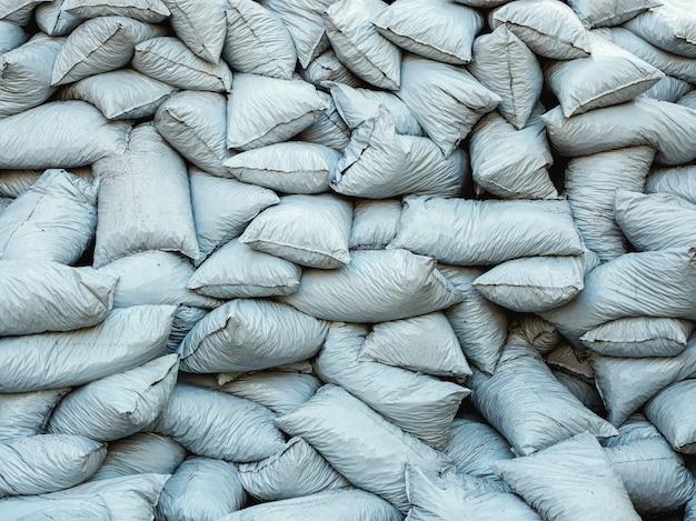 Ein stapel gefüllter säcke. hintergrund von plastikmüllsäcken.