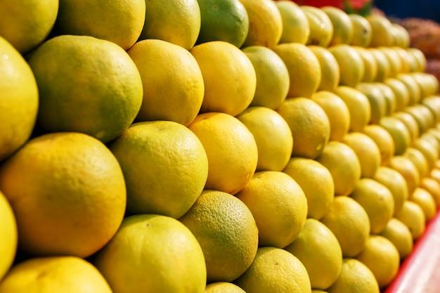 Ein stapel gelbe reife und süße linien auf dem ganzen bildschirm auf dem markt.