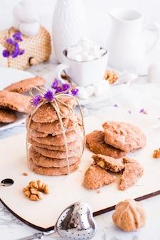 Ein stapel hausgemachter schokoladenkekse mit einem seil gebunden
