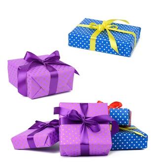Ein stapel kisten in papier eingewickelt und mit einem seidenband auf weißem hintergrund gebunden, feier. geschenkboxen-set
