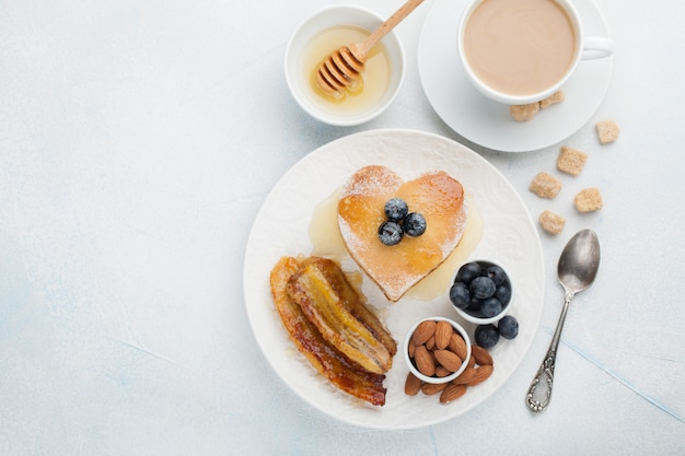 Ein stapel köstliche pfannkuchen mit honig.