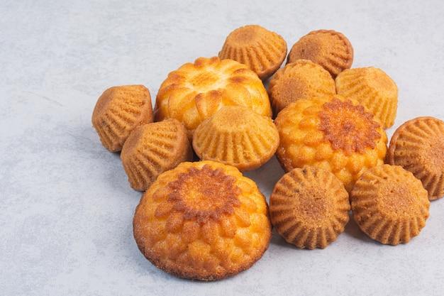 Ein stapel köstlicher muffins auf dem marmor.