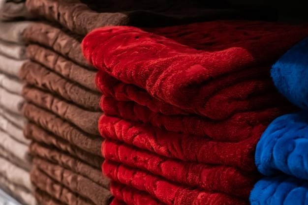 Ein stapel mehrfarbiger badetücher aus nächster nähe. spa-zubehör für die gesundheitspflege.