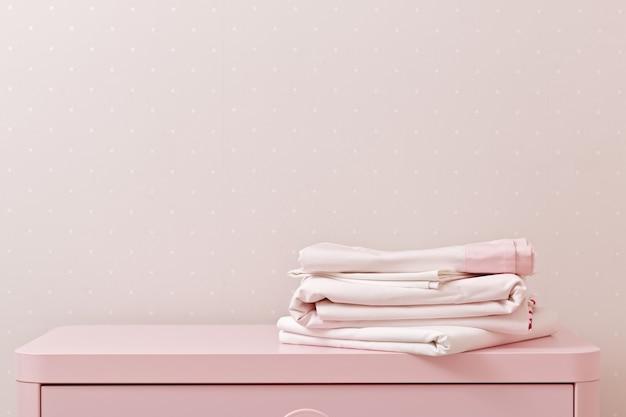 Ein stapel sauber gebügelter bettwäsche
