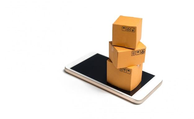 Ein stapel von boxen auf einem smartphone