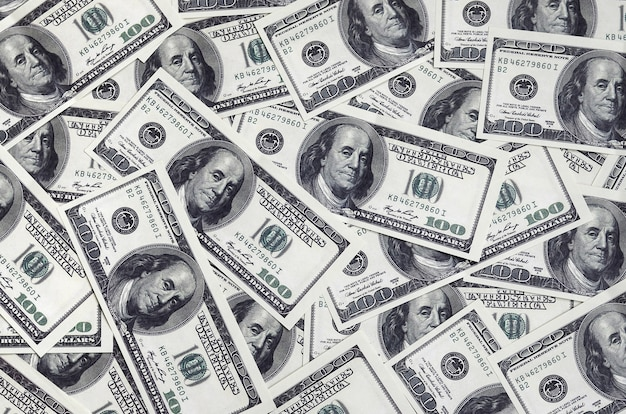 Ein stapel von einhundert us-banknoten mit präsidentenportraits