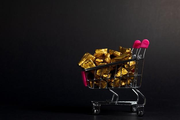 Ein stapel von goldnuggets in der einkaufswagenlaufkatze