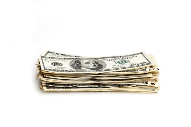 Ein stapel von hundert dollarscheinen auf einem weißen hintergrund.