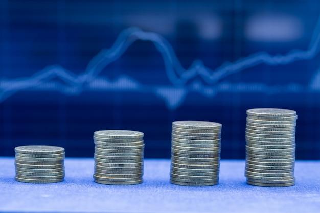 Ein stapel von vier reihen münzen