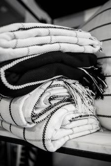 Ein stapel wolldecken hängt im laden. es ist warmes personal.