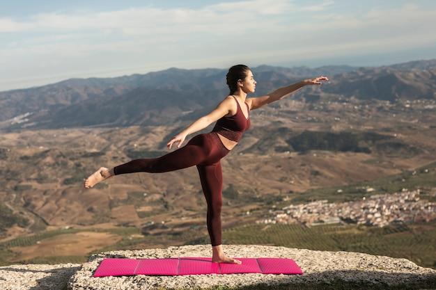 Ein stehendes bein als yogahaltung