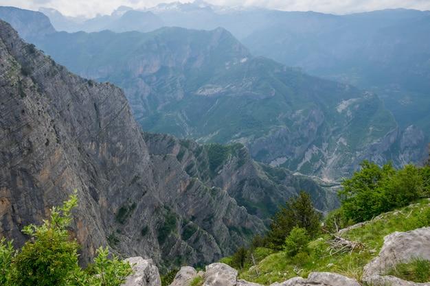 Ein steiler berghang mit malerischer aussicht.