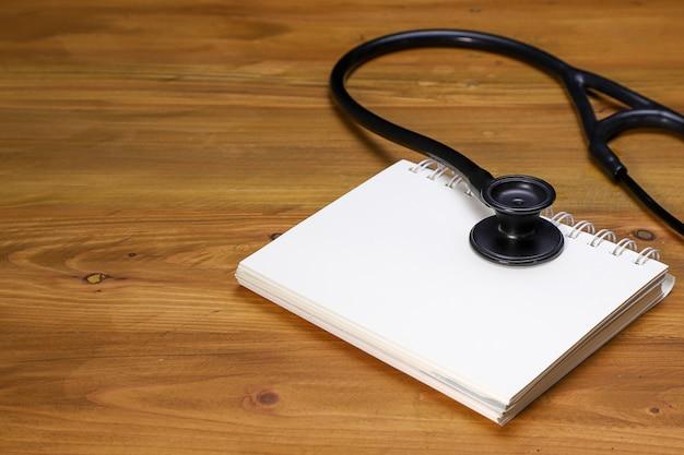 Ein stethoskop und ein notizbuch