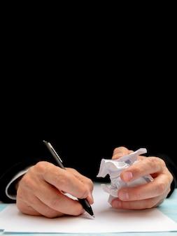 Ein stift in der hand eines mannes. weißes blatt papier. dokument signieren.