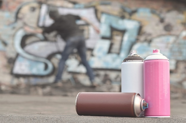 Ein stillleben von mehreren gebrauchten farbdosen in verschiedenen farben