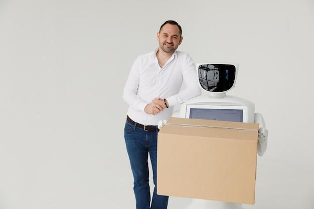 Ein stilvoller mann kommuniziert mit einem roboter.