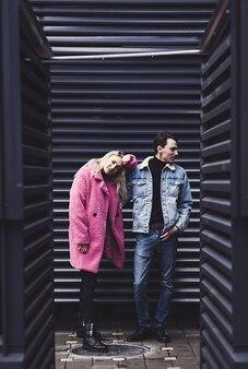 Ein stilvolles verliebtes paar steht in einer umarmung in einer städtischen umgebung
