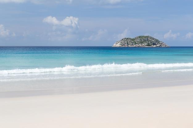 Ein strand auf den seychellen mit weißem sand und steinen