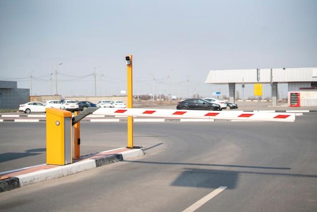 Ein straßenautotorschranke, sicherheitseinfahrtspass