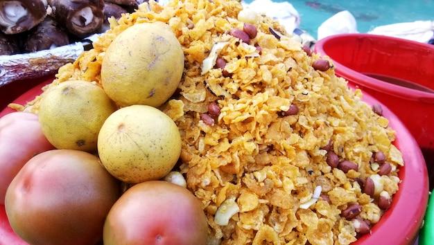 Ein straßenhändler, der einen berühmten knusprigen snack verkauft - churmura und namkeen bhujia