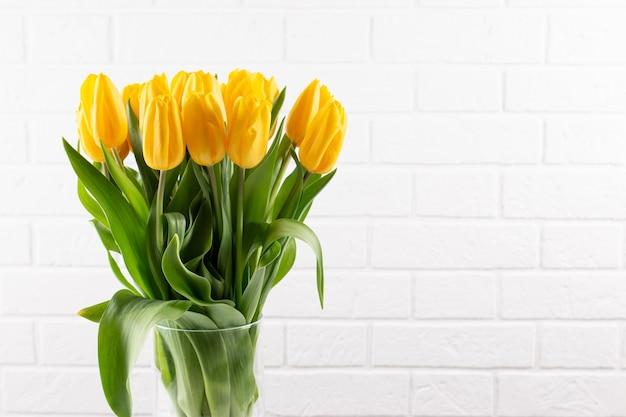 Ein strauß gelber tulpen in einer vase