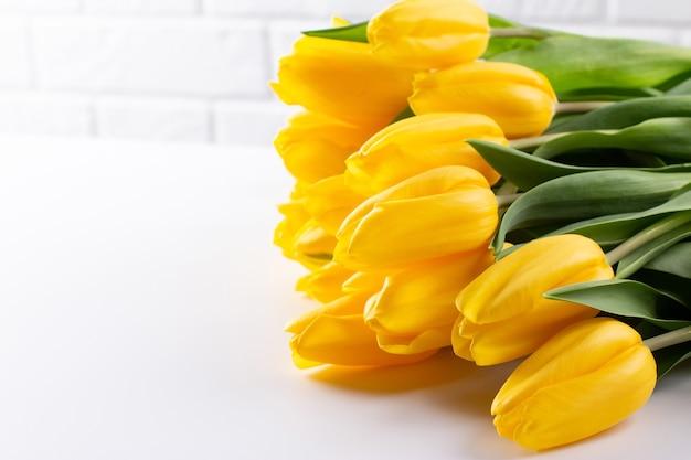 Ein strauß gelber tulpen