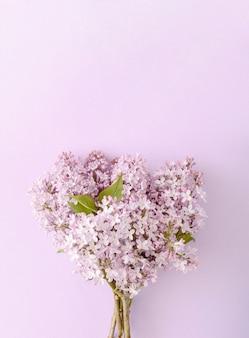 Ein strauß lila lila blumen auf lila hintergrund. monochromatische farben. frühlingsstilleben naturkonzept.